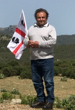 82 year old man with the Sardinian flag